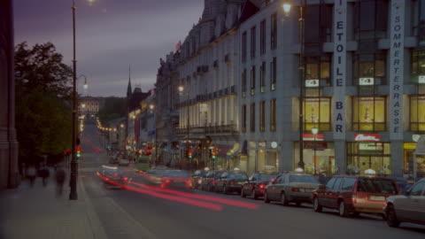 stockvideo's en b-roll-footage met time lapse traffic on karl johan street / oslo, norway / day to night - day