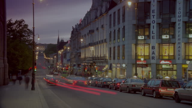 stockvideo's en b-roll-footage met time lapse traffic on karl johan street / oslo, norway / day to night - dag