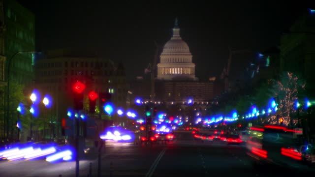 vídeos de stock, filmes e b-roll de time lapse traffic on pennsylvania avenue at night / u.s. capitol building in background / washington d.c. - pennsylvania avenue