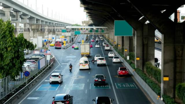 vídeos de stock e filmes b-roll de time lapse traffic super highway at bangkok, thailand - filme colagem
