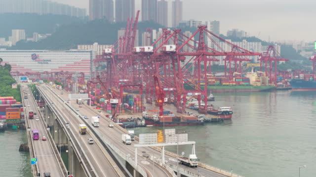 trasporto del traffico time lapse sul ponte nel porto portuale di hong kong con ufficio di sfondo office building exterior - cultura cinese video stock e b–roll