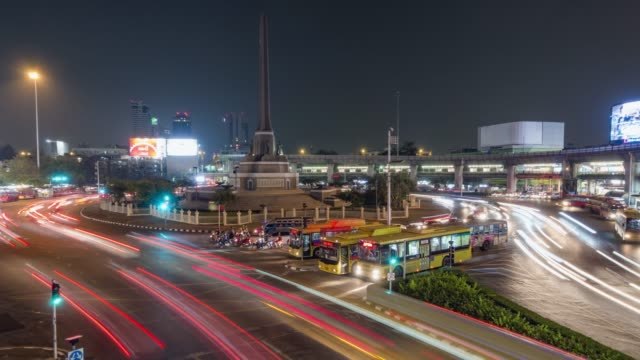 vídeos y material grabado en eventos de stock de lapso de tiempo, el tráfico con el paisaje urbano en el centro de bangkok. - lapso de tiempo de tráfico