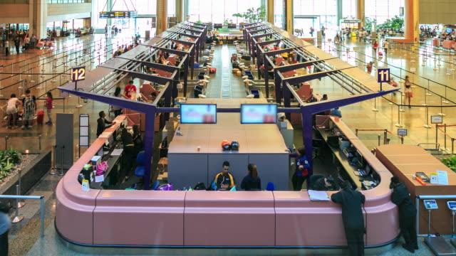 4 k zeitraffer: reisende, die am flughafen abreise - flugpassagier stock-videos und b-roll-filmmaterial