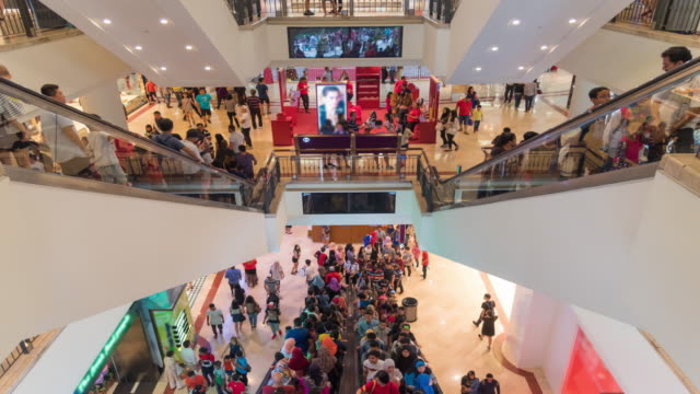 zeitraffer: reisende in der shopping mall - petronas twin towers stock-videos und b-roll-filmmaterial