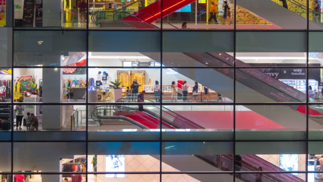 Time Lapse : Travellers in the shopping mall