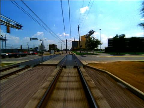 vídeos de stock, filmes e b-roll de time lapse trolley point of view alongside city street / dallas - ponto de vista de bonde