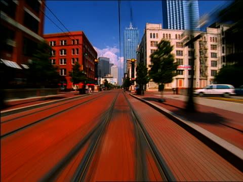 vidéos et rushes de time lapse trolley point of view past train stations + city buildings / dallas - ligne de tramway