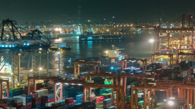 vidéos et rushes de 4k time lapse : remorqueur poussant le porte-conteneurs au quai de chargement pour décharger le conteneur la nuit pour la logistique d'affaires, l'exportation d'importation, l'expédition ou le transport. - lieux géographiques