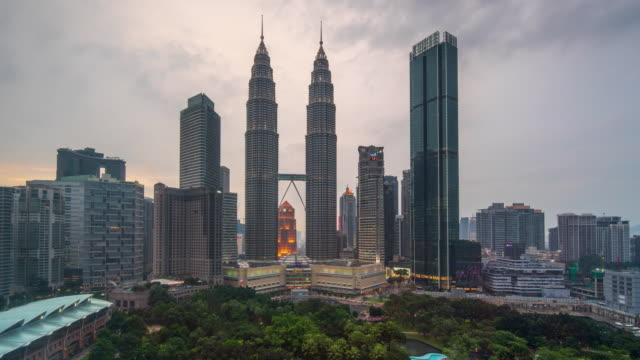 ein zeitraffer twin tower center geschäft in malaysia - petronas twin towers stock-videos und b-roll-filmmaterial