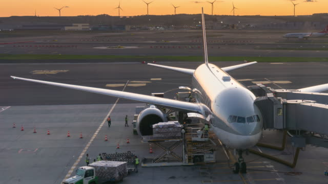 vídeos de stock, filmes e b-roll de time lapse : upload avião no aeroporto - embarcar