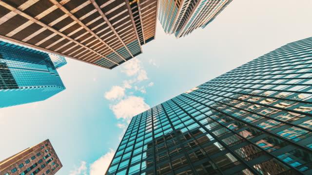 zeitraffer uprisen winkel von downtown chicago wolkenkratzer - fluchtpunktperspektive stock-videos und b-roll-filmmaterial