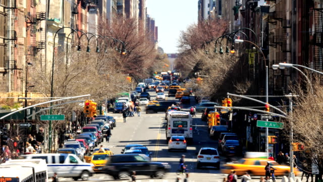 vídeos de stock, filmes e b-roll de lapso de tempo de alta definição: o tráfego urbano em nova york - full hd format