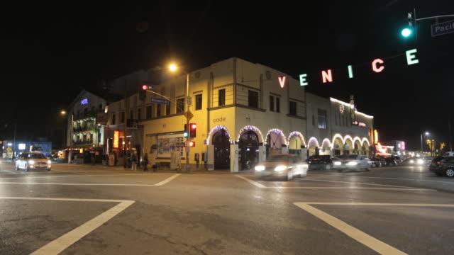 vidéos et rushes de time lapse venice beach sign intersection at night - carrefour