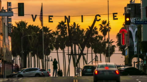 time lapse venice beach windward pacific intersection with venice sign at sunset with golden sky - ベニスビーチ点の映像素材/bロール