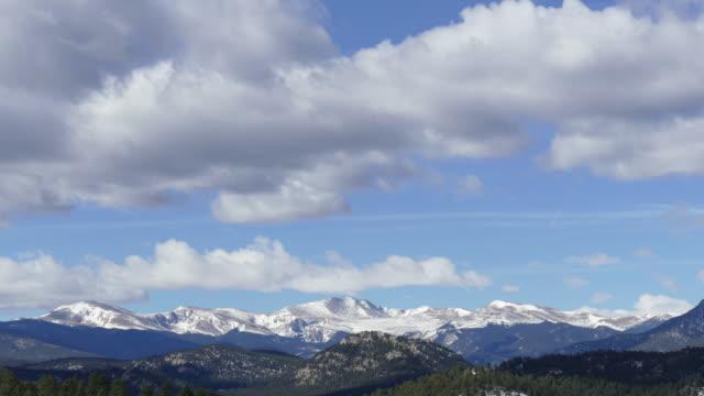 vídeos de stock, filmes e b-roll de lapso de tempo de vídeo de nuvens sobre monte evans montanhas rochosas do colorado - colorado