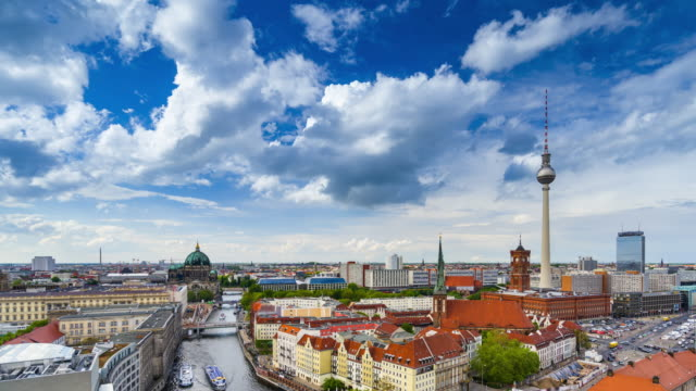 vídeos de stock e filmes b-roll de time lapse video of berlin city skyline with the iconic tv tower and the river spree - rathaus