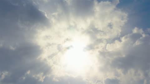 vídeos y material grabado en eventos de stock de lapso de tiempo de nubes en vídeo 4 k - rayo de luz
