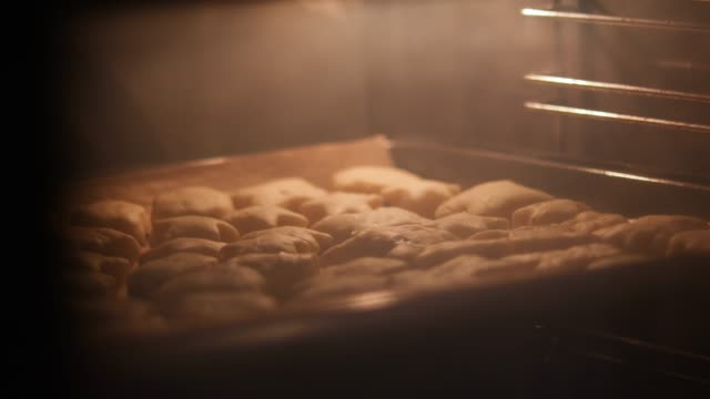 vídeos de stock e filmes b-roll de 4k time lapse video of cookies baked in the oven - tradição