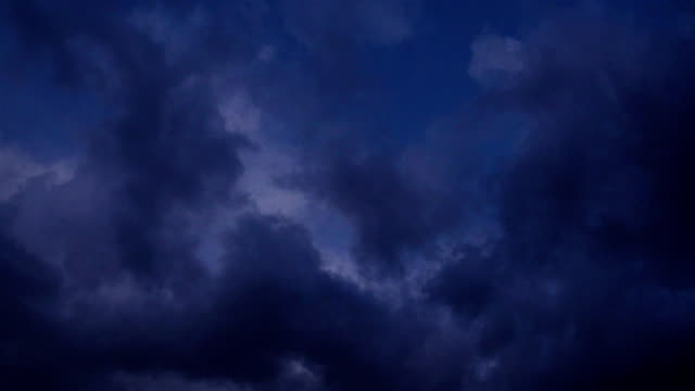 vídeos de stock e filmes b-roll de time lapse video of dark clouds on the sky - nublado