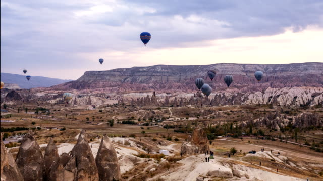 time lapse video of hot air balloons flying over the goreme  in cappadocia - turchia video stock e b–roll