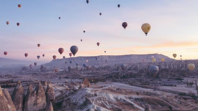 vidéos et rushes de vidéo time lapse de ballons à air chaud en cappadoce - transport aérien