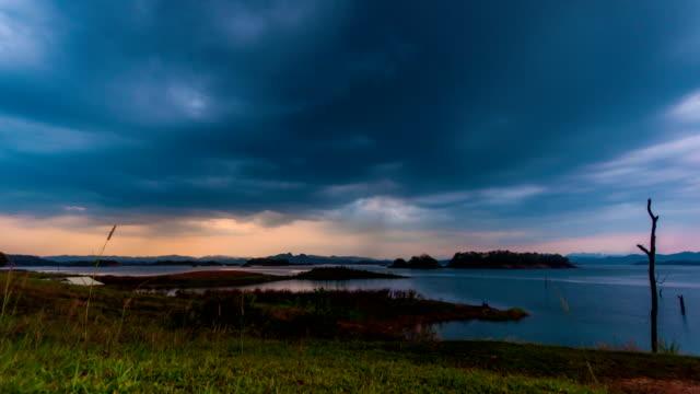 zeitraffer-video der monsun wolke über einem see - vignettierung stock-videos und b-roll-filmmaterial