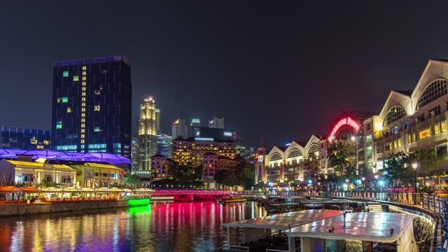 vídeos y material grabado en eventos de stock de time lapse video of night singapore river en clarke quay jetty, singapur - embarcación de pasajeros