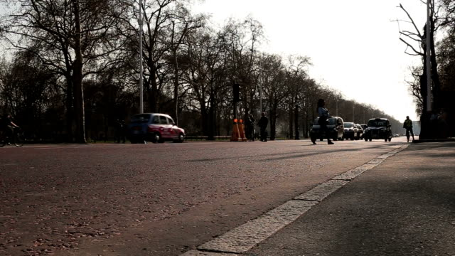 time lapse video of the mall street where is located between buckingham palace and admiralty arch - taxi stock videos & royalty-free footage