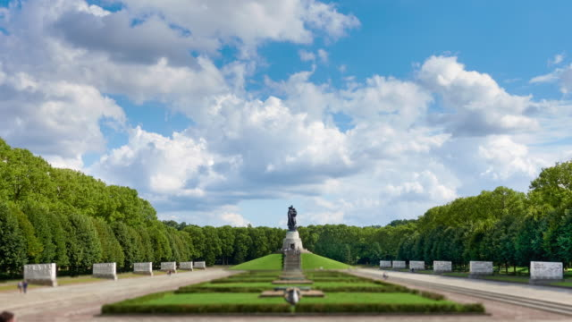 time lapse video of the soviet war memorial at treptower park in berlin, germany - nazism stock videos & royalty-free footage