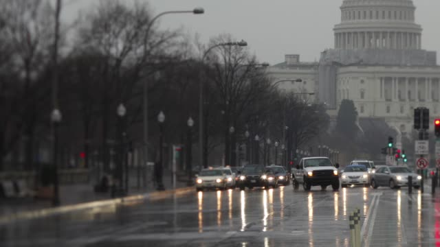 vídeos de stock, filmes e b-roll de time lapse video / rainy weather / traffic on pennsylvania avenue with capitol building in background time lapse pennsylvania ave on march 01 2012 in... - pennsylvania avenue
