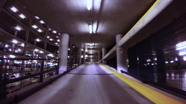 vídeos y material grabado en eventos de stock de time lapse view driving through a huge concrete parking with ramps at night. - piso de edificio