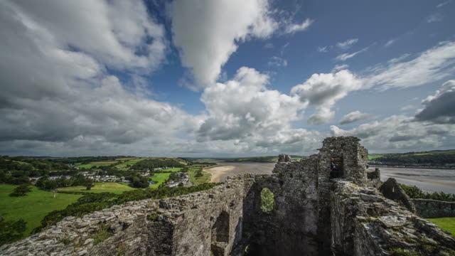 a time lapse view from the very top of llansteffan castle looking out over the river tywi. - roy castle点の映像素材/bロール