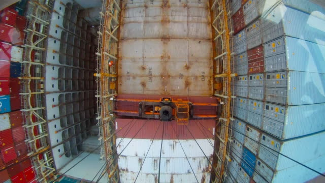 vidéos et rushes de time lapse view looking down from the operator's cab of a gantry crane loading containers on a yang ming ship - plateforme