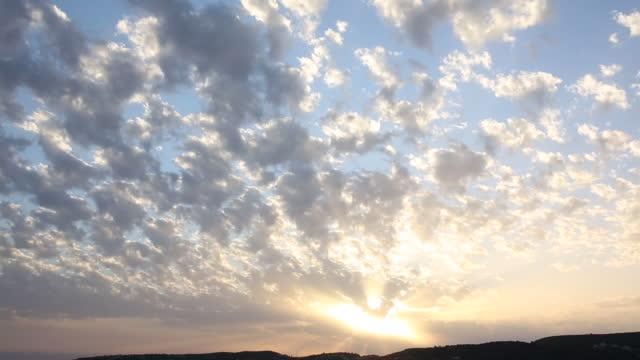 time-zeitraffer-ansicht von wolken und sonne - stimmungsvoller himmel stock-videos und b-roll-filmmaterial