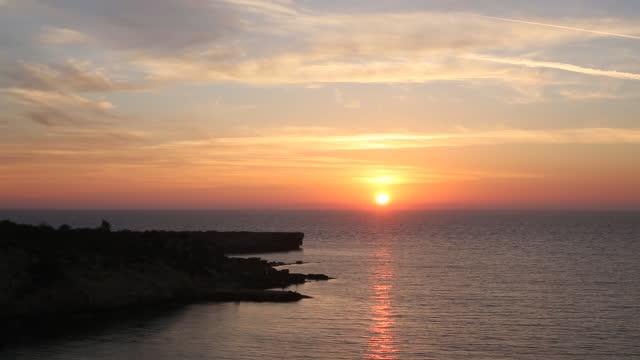 雲と太陽が昇るの時間経過表示 - キプロス共和国点の映像素材/bロール