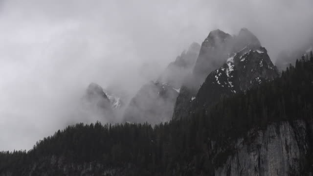 a time lapse view of clouds over mountain peaks - アッパーオーストリア点の映像素材/bロール