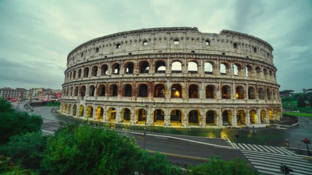vidéos et rushes de time-lapse: vue du colisée de rome et matin soleil, italie, europe. - rome