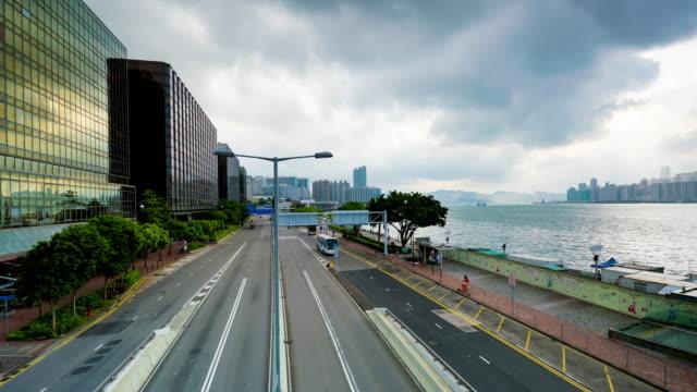 vídeos de stock, filmes e b-roll de lapso de tempo k 4: vista dos arranha-céus prédios altos na cidade de hong kong. fundo de distrito de negócios de cidade moderna - ilha de hong kong