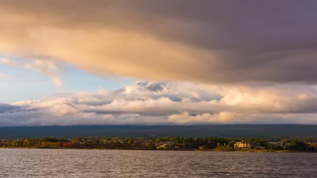 vidéos et rushes de 4 k time lapse: vue du mont fuji avec nuageux - préfecture de yamanashi