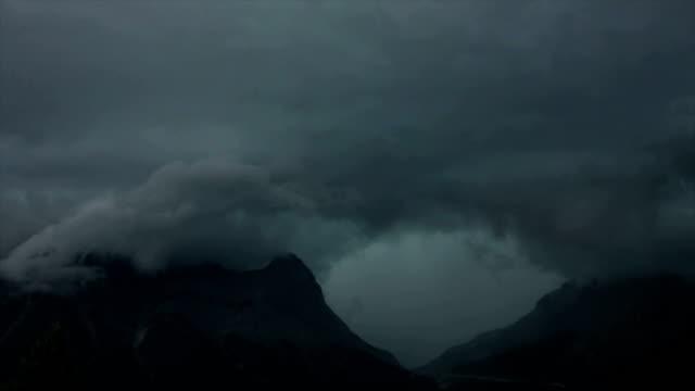 vidéos et rushes de time-lapse nuages de la tempête au-dessus de la vue sur les montagnes - mauvais présage