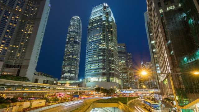 4k time lapse ansicht der ampel und modernegebäude in der nacht hong kong city - gärtnerisch gestaltet stock-videos und b-roll-filmmaterial