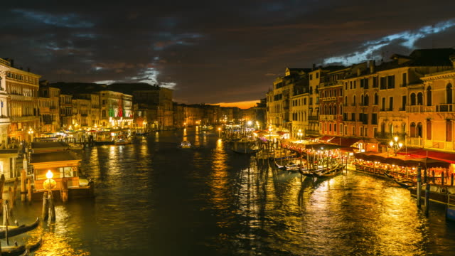 time lapse: view on grand canal from rialto bridge at night, venice, italy - traghetto video stock e b–roll