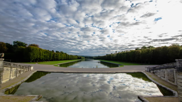 vidéos et rushes de time lapse view overlooking fountain water and canal in gardens of versailles - versailles