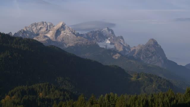 vídeos de stock, filmes e b-roll de time lapse. view to zugspitze (highest mountain of germany) near sunrise. zugspitze, garmisch-partenkirchen, werdenfelser land, bavaria, germany. - montanha zugspitze