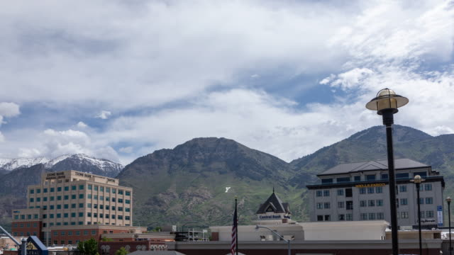 vídeos de stock e filmes b-roll de time lapse viewing tops of buildings in downtown provo utah - provo