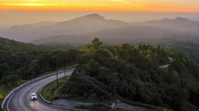 zeitraffer sicht der sonnenaufgang und cloud mit der schönen straße der doi inthanon nationalpark in chiang mai, thailand - bangkok stock-videos und b-roll-filmmaterial