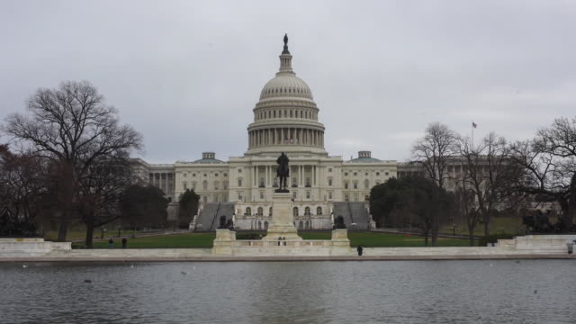 vidéos et rushes de time lapse views of the capital building in washington dc usa on tuesday february 27 2018 - style néoclassique