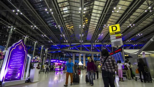 vídeos y material grabado en eventos de stock de lapso de tiempo de hasta el aeropuerto: a pie de la terminal de pasajeros - señal de información