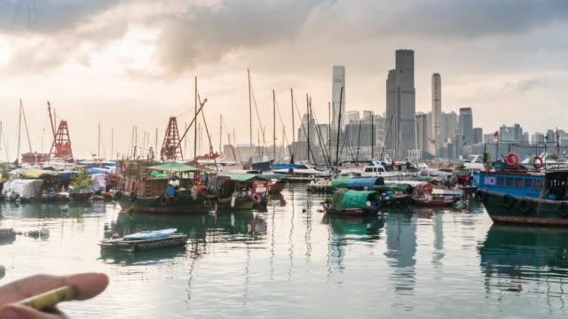 タイムラプス:日没時のワンチャイフェリー桟橋、香港 - セントラルプラザ点の映像素材/bロール