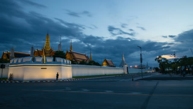 4K Time lapse: Wat Phra Kaew Temple at sunset, Zoom out shot